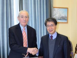 協定書調印後に握手するディミトリー・プシャロフスキーモスクワ大学地質学部長と入舩GRCセンター長