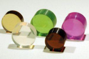 合成された透明ナノ多結晶ガーネット(左上は「ヒメダイヤ」)